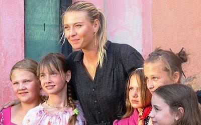Мария Шарапова с деца от Гомел Снимка: A.Poltier-Mutal/UNDP